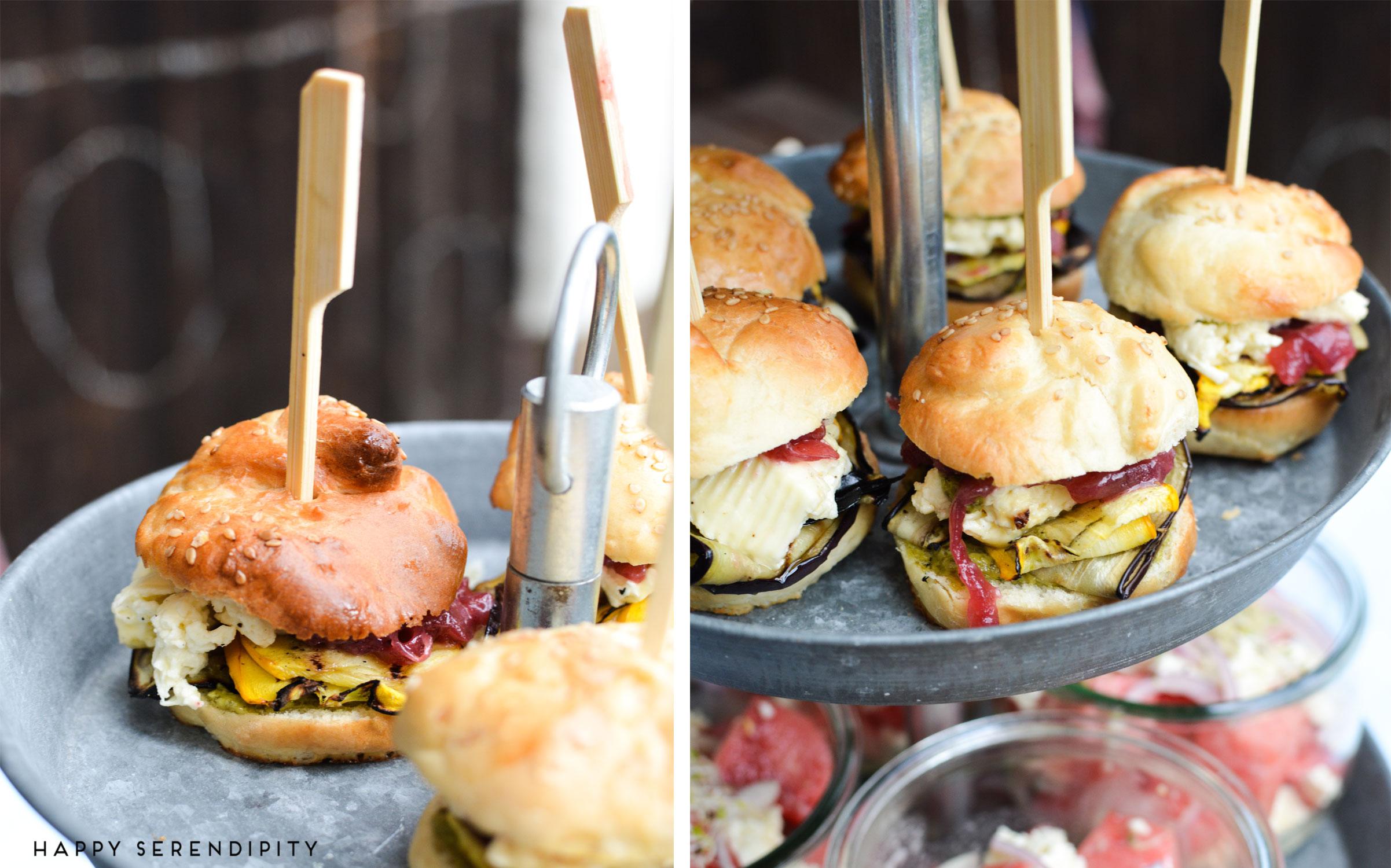 vegetarische mini-burger-mit-gegrilltem-gemuese,-eingelegtem-feta-und-zwiebelmarmelade,-grillrezept-von-happy-serendipity