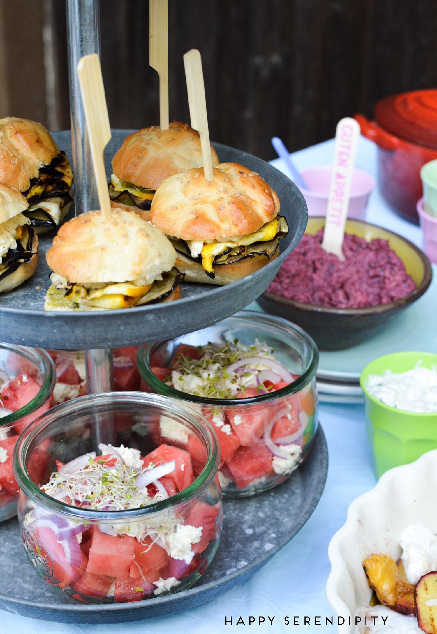 vegetarische mini-burger-mit-wassermelonen-feta-salat,-grillrezepte-von-happy-serendipity-und-francos-grillgarage,-happy-serendipity,-francos-grillgarage