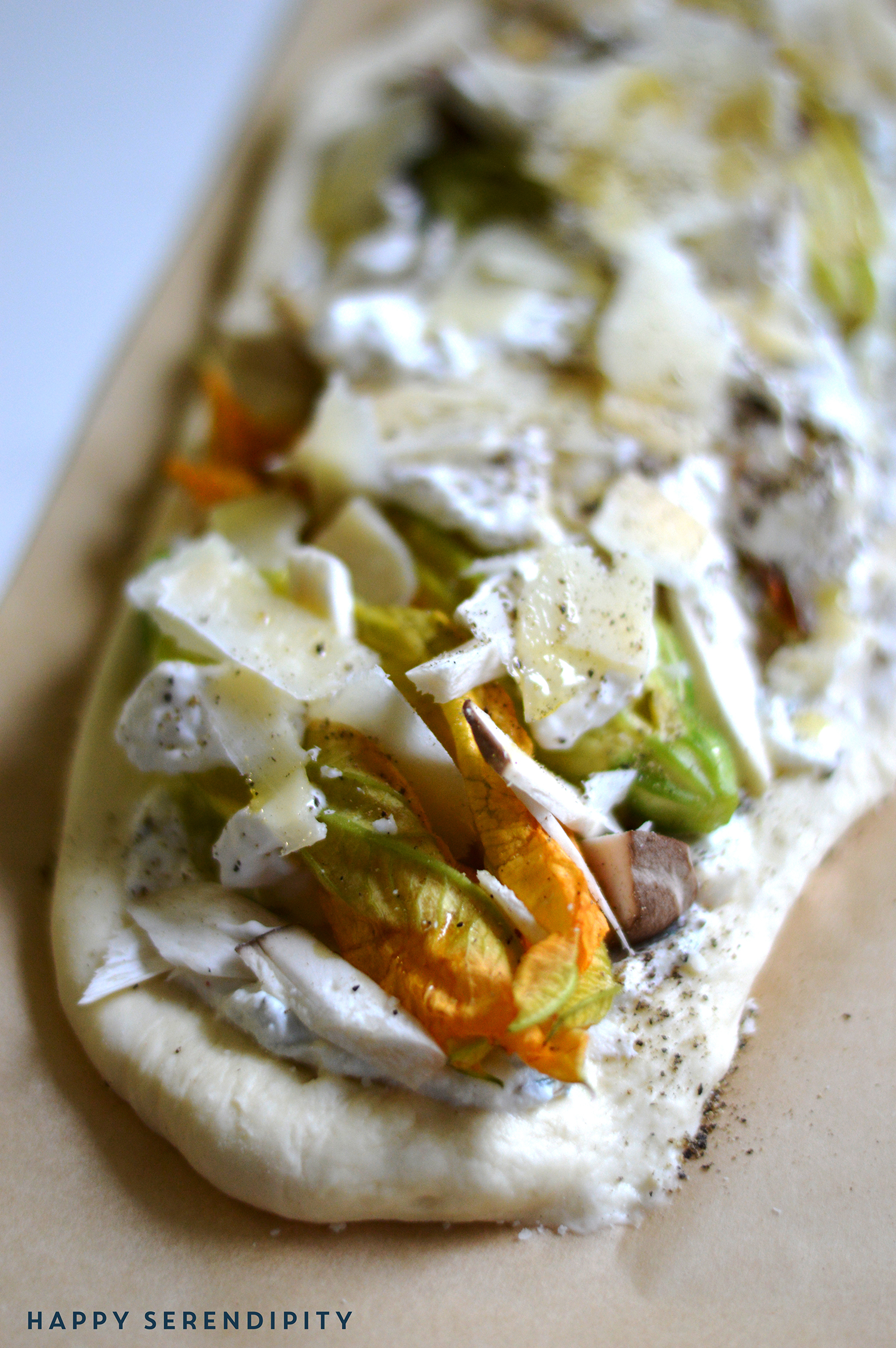 eine tarte mit zucchiniblüten, maskarpone, parmesan und kräuterseitlingen - einfach nur herrlich! ein köstliches rezept von happy serendipity