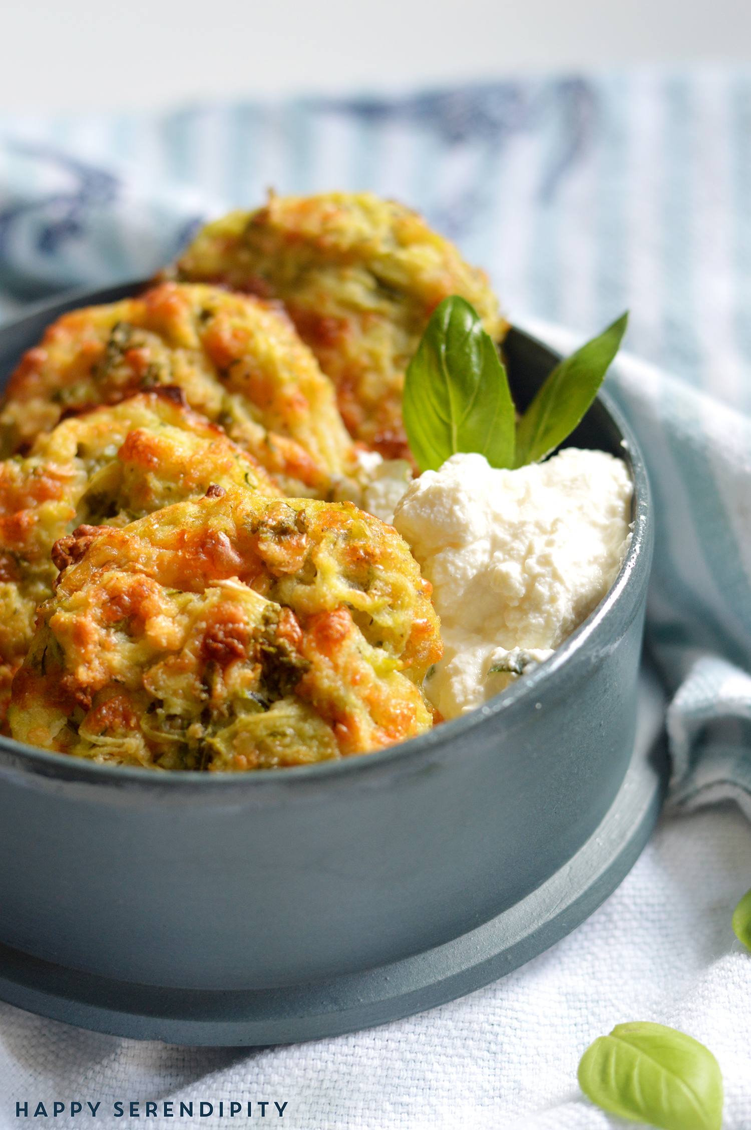 zucchinipuffer aus dem ofen sind super schnell gemacht und man hat keinerlei sauerei in der küche, ein rezept von happy serendipity