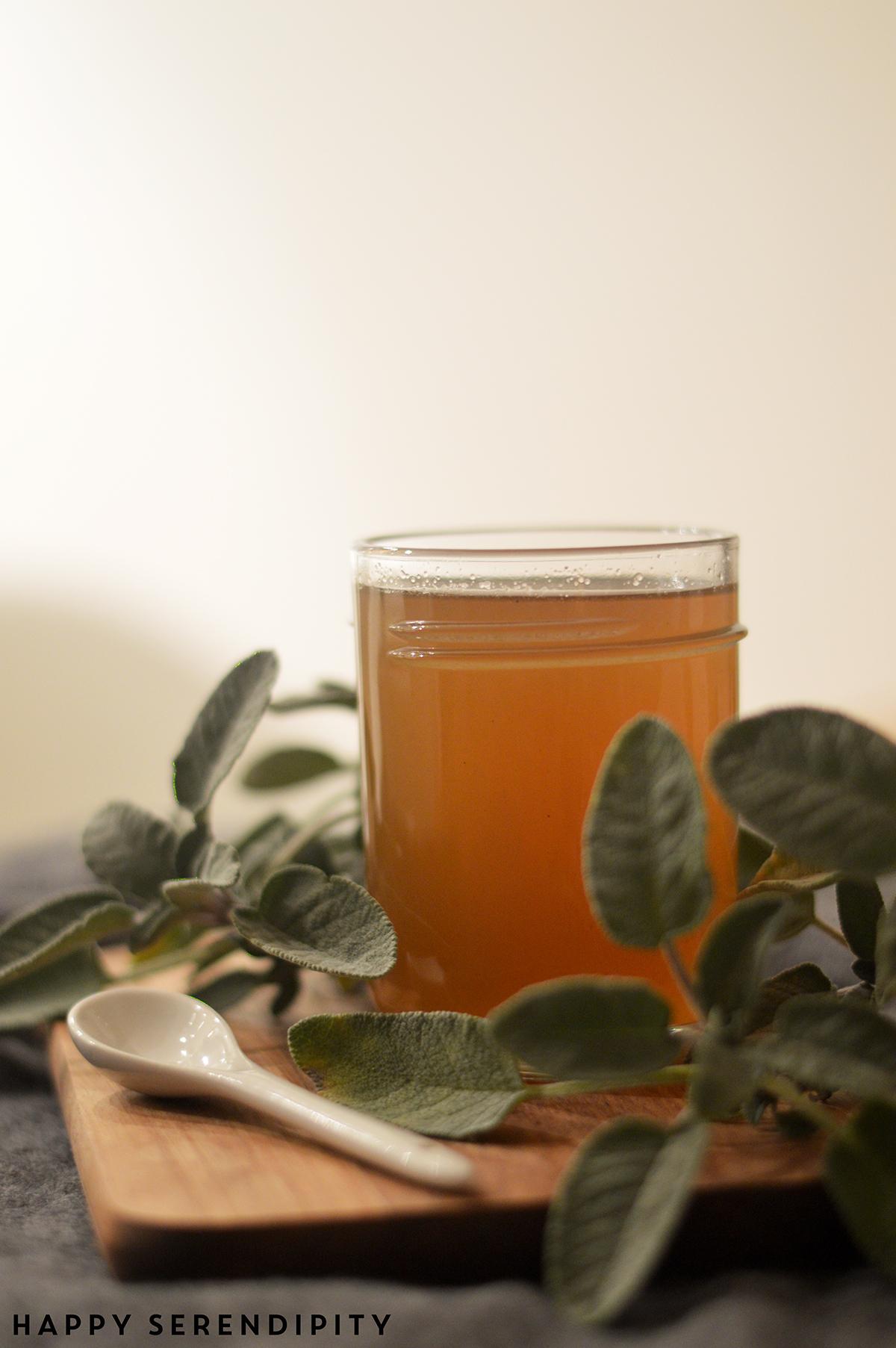 Bei Männergrippe hilft ein Glas selbstgemachter Salbeihonig wahre Wunder. Probiert es doch mal aus! Ein schnelles Rezept von Happy Serendipity