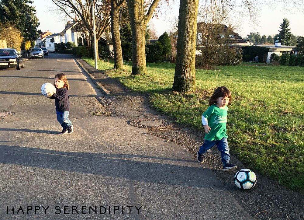 Fussball in der Abendsonne - Happy Serendipity